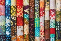 堆五颜六色的缝制的蜡染布织品作为一个充满活力的背景图象 库存图片