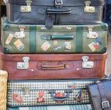 堆五颜六色的葡萄酒手提箱 库存照片