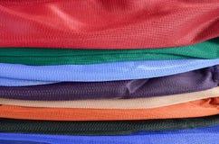堆五颜六色的被折叠的衣裳。 图库摄影
