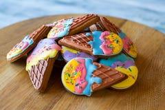 堆五颜六色的给上釉的曲奇饼 免版税库存图片