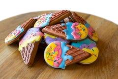 堆五颜六色的给上釉的曲奇饼 库存照片