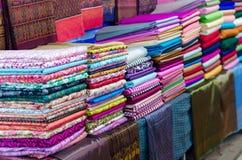 堆五颜六色的织品 免版税库存照片