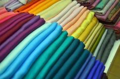 堆五颜六色的织品 库存照片