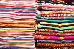 堆五颜六色的围巾和织品背景 库存图片