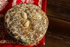 堆传统德国圣诞节姜饼曲奇饼给Lebkuchen上釉用杏仁 欢乐红色餐巾木头表 库存图片