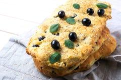 堆传统意大利面包focaccia用橄榄,大蒜a 免版税库存图片