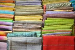 堆传统纺织品在泰国市场上 免版税库存照片