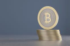 堆作为例子的金和银bitcoins在被弄脏的蓝色背景前面的隐藏货币的 库存照片
