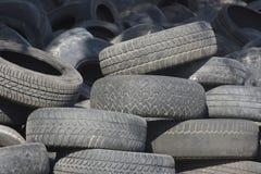堆使用的老橡胶轮胎一 免版税库存照片