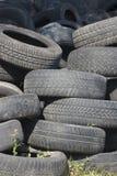 堆使用的老橡胶轮胎两 库存图片
