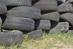 堆使用的老橡胶轮胎五 免版税库存图片