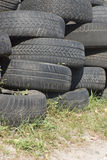 堆使用的老橡胶轮胎六 库存照片