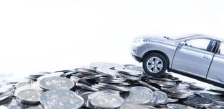 堆俄罗斯卢布硬币和一辆汽车的模型在概念的 图库摄影