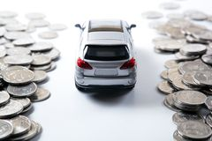 堆俄罗斯卢布硬币和一辆汽车的模型在概念的 库存照片
