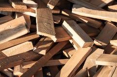 堆修造家具生产的木日志,缝合自然木小块 库存照片