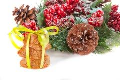 堆假日芯片曲奇饼栓与一条黄色丝带在fr 免版税库存图片