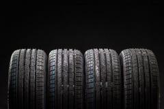 堆全新的高性能车胎 库存照片