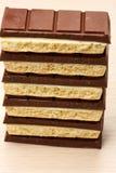 堆六黑和五在桌上的白色多孔巧克力特写镜头 免版税库存图片