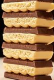 堆六黑暗和五白色多孔巧克力特写镜头 免版税库存照片