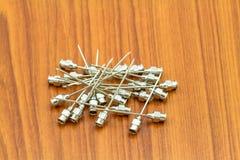 堆再用没有铁的针 18 G在木fl的药物针的 图库摄影