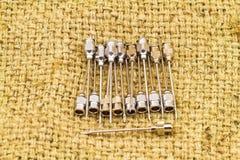 堆再用没有铁的针 18 G在棕色囊的药物针的 库存图片
