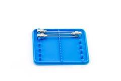 堆再用没有铁的针 18 G在蓝色塑料的药物针的 库存照片
