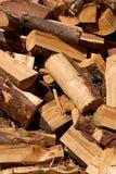 堆切好的和被切开的木头 免版税库存图片