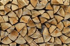 堆切好的木柴为冬天, Lakatnik做准备 库存照片