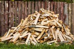堆切好的木柴 免版税图库摄影