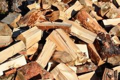 堆切好的木柴 免版税库存照片