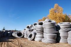 堆卷起的塑料pvc聚乙烯使下水管道系统室外仓库的排水设备管子成波状 图库摄影