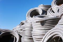 堆卷起的塑料pvc聚乙烯使下水管道系统室外仓库的排水设备管子成波状 免版税图库摄影