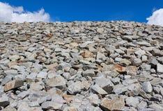 堆反对蓝天的岩石 免版税库存照片