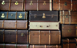 堆古色古香的手提箱 免版税库存图片