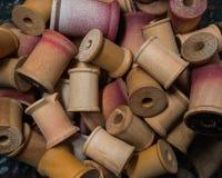 堆古色古香的木短管轴 库存图片
