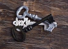 堆古色古香的白色、黄铜和银钥匙 免版税库存图片