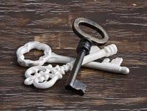 堆古色古香的白色和黄铜钥匙 免版税库存照片