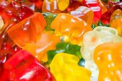 堆可口,五颜六色的胶粘的熊糖果 马克罗射击了胶粘的熊果冻甜点 免版税库存图片