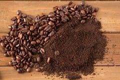 堆咖啡豆和地面在木头中部  库存图片