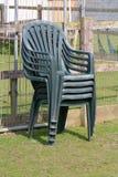 堆四把绿色塑料椅子 库存照片