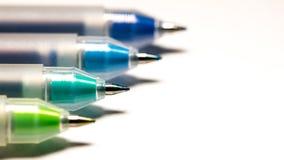 堆四用不同的颜色的圆珠笔 库存图片