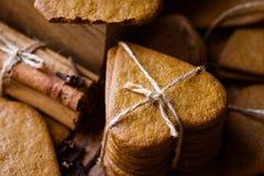 堆圣诞节姜饼胡椒曲奇饼栓与麻线 肉桂条,丁香 舒适欢乐大气 免版税库存图片