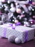 堆圣诞节礼物在与弄脏的一棵圣诞树下 免版税库存照片