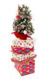 堆圣诞节礼物箱子和圣诞树 免版税库存照片