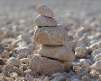堆在一个多岩石的海滩的石头 库存照片