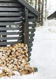 堆在一个木大厦的墙壁的附近木柴 图库摄影