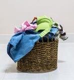 堆在一个洗涤的篮子的肮脏的洗衣店在白色背景 免版税库存照片