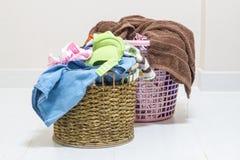 堆在一个洗涤的篮子的肮脏的洗衣店在白色背景 库存照片