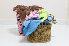 堆在一个洗涤的篮子的肮脏的洗衣店在白色背景 图库摄影