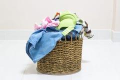 堆在一个洗涤的篮子的肮脏的洗衣店在白色背景 库存图片